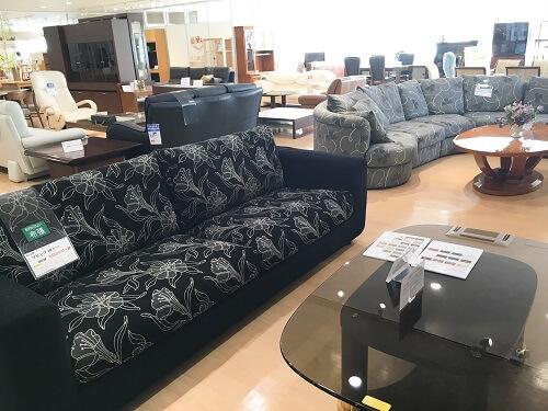 カリモクのソファーコーナーの画像